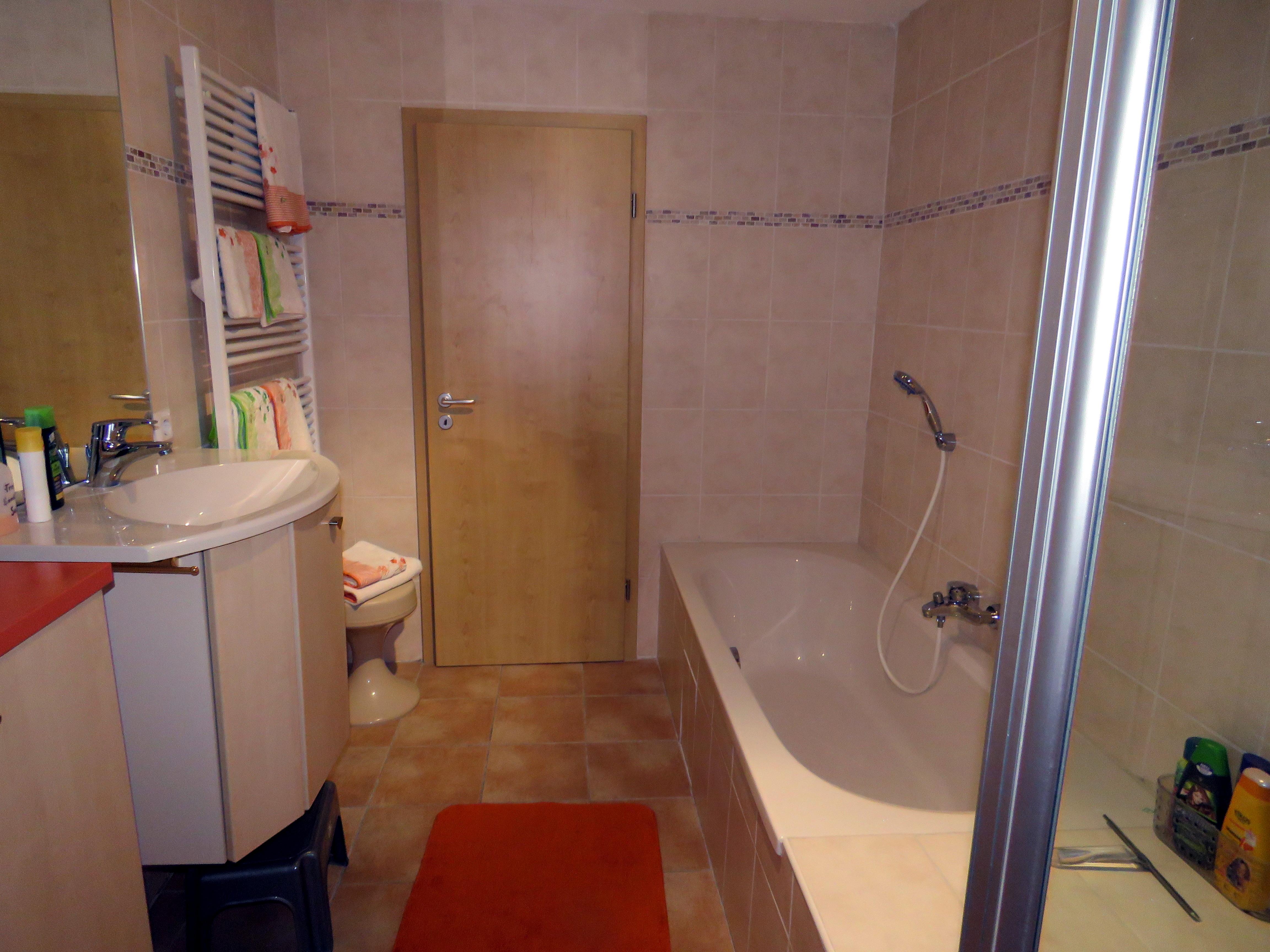 badezimmer und separater g ste wc ferienwohnungen haus waldzauber oder ursus. Black Bedroom Furniture Sets. Home Design Ideas