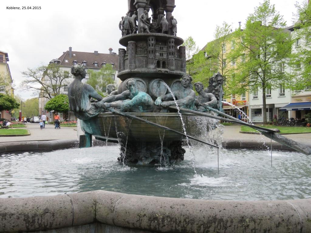 Brunnen mit Historiensäule